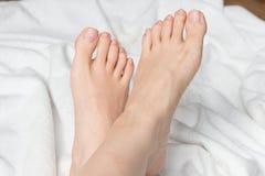 Giovane woman& x27; piedi nudi di s Fotografia Stock Libera da Diritti