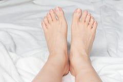 Giovane woman& x27; piedi nudi di s Fotografia Stock
