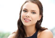 Giovane womanl elegante felice e sorridente all'aperto Immagini Stock