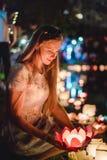 Giovane womant con le lanterne cinesi che galleggiano nel lago fotografia stock libera da diritti