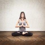 Giovane yoga facente castana Immagine Stock