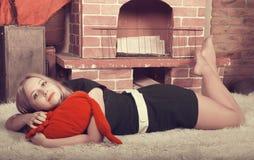 Giovani abbastanza biondi sul tappeto Fotografie Stock