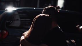Giovani abbraccio e bacio delle coppie in via soleggiata Bus che passa vicino Supporto europeo della ragazza e del tipo che se es stock footage