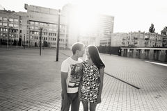 Giovani adolescenti alla moda delle coppie nell'amore nella città, giorno soleggiato di estate Immagini Stock Libere da Diritti