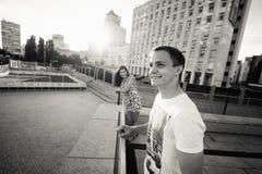 Giovani adolescenti alla moda delle coppie nell'amore nella città, giorno soleggiato di estate Fotografie Stock Libere da Diritti