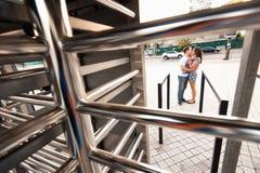 Giovani adolescenti alla moda delle coppie nell'amore nella città, giorno soleggiato di estate Fotografia Stock Libera da Diritti