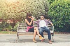 Giovani adolescenti delle coppie dei pantaloni a vita bassa nell'amore nella città, holid di estate Immagine Stock