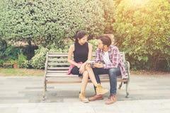 Giovani adolescenti delle coppie dei pantaloni a vita bassa nell'amore nella città, holid di estate Fotografia Stock Libera da Diritti