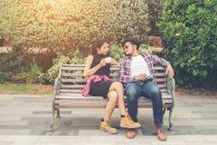 Giovani adolescenti delle coppie dei pantaloni a vita bassa nell'amore nella città, holid di estate Fotografie Stock Libere da Diritti
