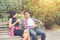 Giovani adolescenti delle coppie dei pantaloni a vita bassa nell'amore nella città, holid di estate Fotografia Stock