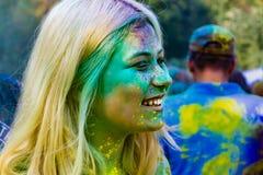 Giovani adolescenti energetici al festival delle pitture del holi in Russia immagini stock