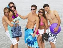 Giovani adulti alla spiaggia Fotografia Stock Libera da Diritti