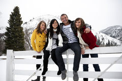 Giovani adulti attraenti in inverno Fotografie Stock Libere da Diritti
