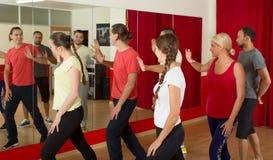Giovani adulti che ballano in uno studio Fotografie Stock Libere da Diritti