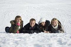 Giovani adulti nella neve Immagine Stock