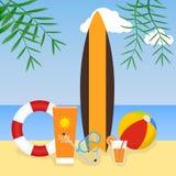 Giovani adulti Surf, anello di vita, beach ball sui precedenti del mare Immagine Stock