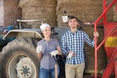 Giovani agricoltori felici che prendono una pausa Fotografia Stock Libera da Diritti