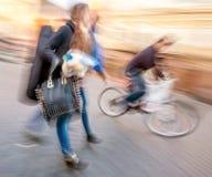 Giovani all'ora di punta che camminano nella via Fotografia Stock