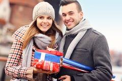 Giovani allegri con i regali di Natale Immagini Stock