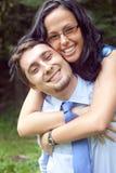 giovani allegri esterni abbraccianti svegli delle coppie Immagini Stock Libere da Diritti