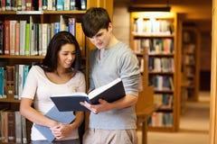 Giovani allievi che leggono un libro Fotografia Stock