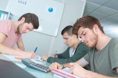 Giovani allievi che preparano per gli esami Fotografie Stock Libere da Diritti
