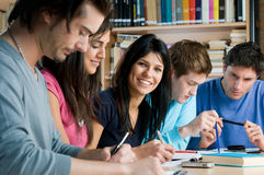 Giovani allievi che studiano in una libreria Fotografia Stock