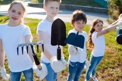 Giovani allievi che tengono i loro strumenti Immagine Stock Libera da Diritti