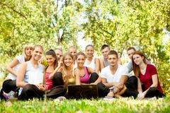 Giovani allievi con il computer portatile esterno Fotografie Stock