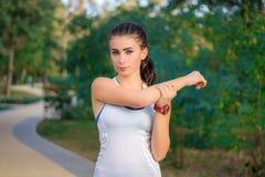 Giovani allungamenti della ragazza di forma fisica prima di risolvere di formazione Fotografia Stock