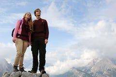 Giovani alpinisti sulla cima della montagna Immagini Stock