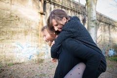Giovani amanti del cuople dei pantaloni a vita bassa Immagine Stock Libera da Diritti