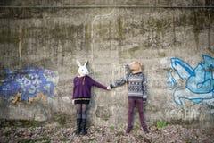 Giovani amanti del cuople dei pantaloni a vita bassa Fotografie Stock Libere da Diritti