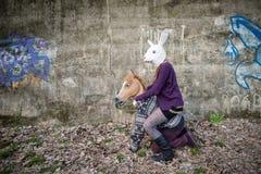 Giovani amanti del cuople dei pantaloni a vita bassa Fotografia Stock Libera da Diritti