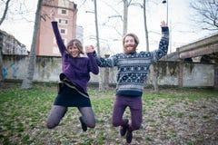 Giovani amanti del cuople dei pantaloni a vita bassa Fotografia Stock