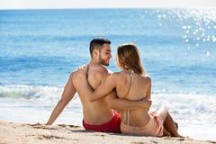 Giovani amanti felici che prendono il sole Fotografie Stock Libere da Diritti