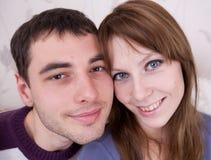 Giovani amanti nella stanza Immagine Stock