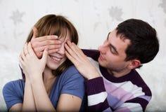 Giovani amanti nella stanza Fotografia Stock Libera da Diritti