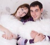 Giovani amanti nella stanza Fotografie Stock Libere da Diritti