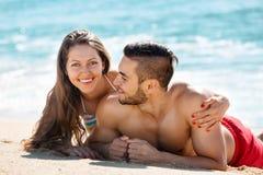 Giovani amanti sorridenti che prendono il sole Immagini Stock Libere da Diritti
