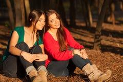 Giovani amiche che giocano su una sosta Fotografie Stock Libere da Diritti