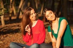 Giovani amiche che giocano su una sosta Immagini Stock Libere da Diritti