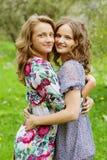 Giovani amiche graziose sopra la priorità bassa della natura fotografia stock libera da diritti