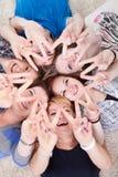 Giovani amici allegri con le mani sollevate immagini stock