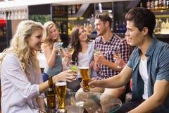 Giovani amici bevendo insieme Fotografie Stock