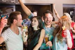 Giovani amici bevendo insieme Fotografia Stock