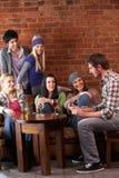 Giovani amici in caffè Immagine Stock