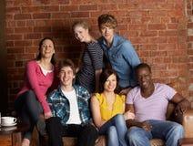 Giovani amici in caffè Fotografie Stock Libere da Diritti