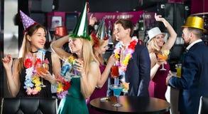 Giovani amici che ballano sulla festa di compleanno Immagini Stock Libere da Diritti