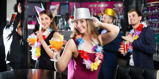 Giovani amici che ballano sulla festa di compleanno Fotografia Stock Libera da Diritti